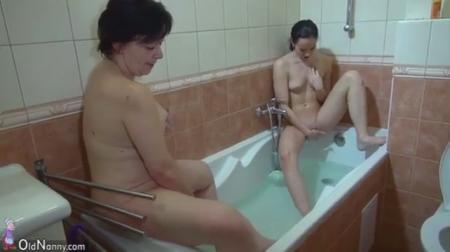 Зрелая и молодая в ванной
