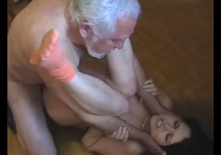 Дед заставил трахаться внучку