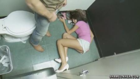 Поимел пьяную телку в туалете клуба