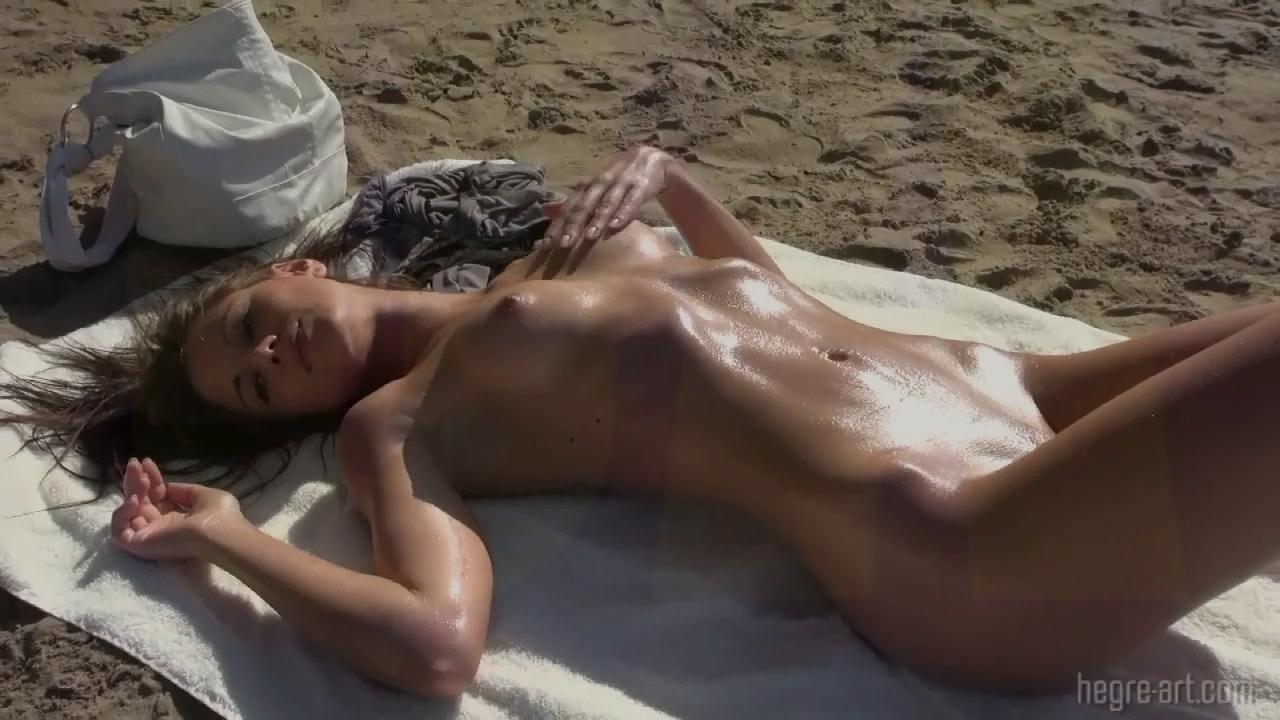 Худышка разделась на пляже перед публикой