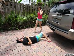 Кайли Куинн трахнулась со сводным озабоченным братаном, которого сбила на тачке
