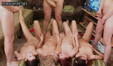 Трое парней дрочат и кончают на четверых девушек на вечеринке свингеров