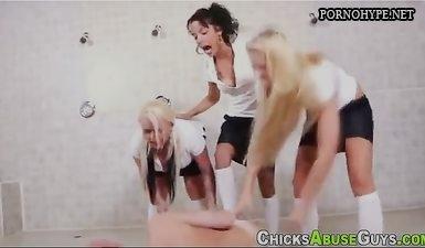 Студентки трахают страпоном старого преподавателя в туалете