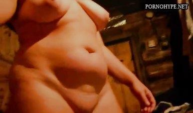 Муж с жирной женой трахаются в бане и бухают