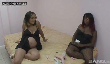 Негритянка занимается лесби сексом с беременной подружкой