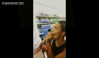 Негритянка сосет хуй у белого мужика в супермаркете