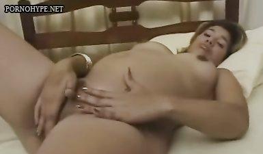 Мужик с длинным хуем трахает беременную бабу в волосатую манду