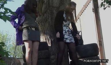 Вуайерист подсматривает как русские девочки писают на улице
