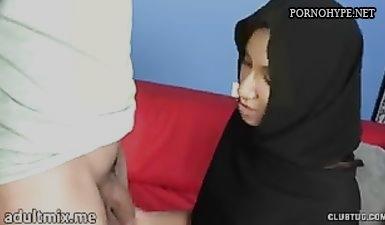 Мусульманка в хиджабе пришла на порно кастинг и сосет член