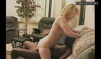 Куколд муж делает куни жене пока ее трахает негр большим елдаком