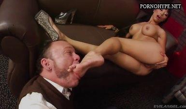 Сексуальная узбечка присаживается писей на лицо мужику и кончает