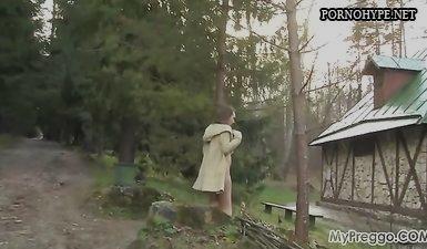 Русская беременная девушка ходит голой по даче и позирует