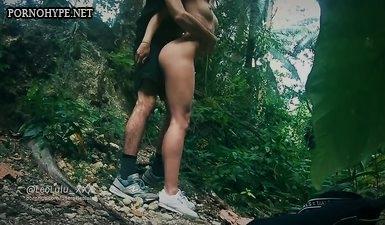 Секс в лесу молодой русской пары с окончанием на жопу