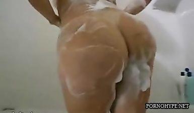 Мусульманка с большой жопой моется в ванной перед камерой