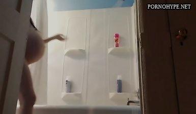 Беременная армянка с огромным пузом принимает душ перед камерой