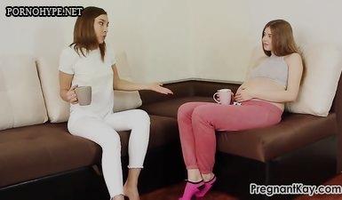 Беременная девка трахается с худой поружкой лесбиянкой из России