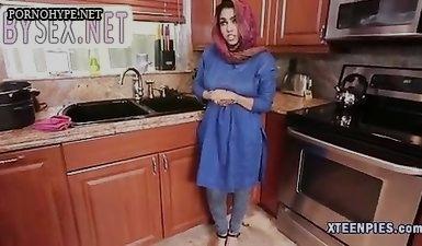 Мусульманская мадам в хиджабе хватает в рот толстый хер и делает минет
