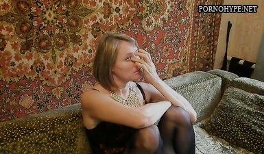Жена сидит без трусиков и светит клитором перед мужем