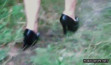 Маньяк связал телочку в лесу и жестоко трахает протв воли рукой во влагалище