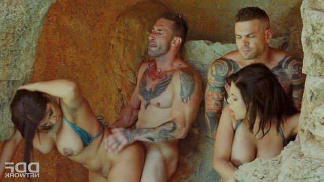 Сестры с гигантскими грудьми устраивают безумную секс втроем на курорте с му...