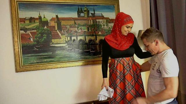 Сисястая мусульманка домработница соглашается с хозяином на страстный секс