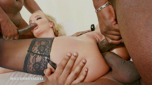 Брутальный анальный секс блондинки с темнокожими особами мужского пола и дво...