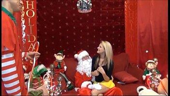 Счастливого Рождества - говорит санта малышке, если ты конечно у меня отсосешь!