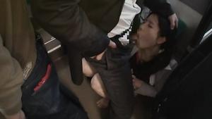 Японскую милашку трахают в рот в автобусе