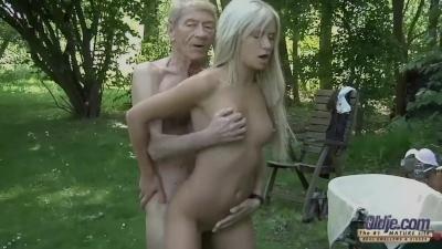 Дед и внучка на природе