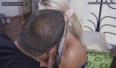 Умелый мужик после кунилингуса порвал целку 18 летней блондинке