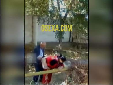 Дед узбек имеет на свежем воздухе милую женщину