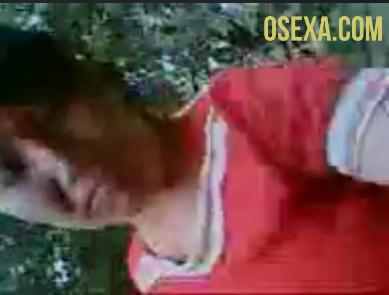 Узбекская малышка в красной футболке дрочит член парню